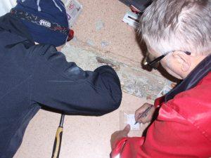 Ted Holtti och ChristerWestergård utför asbestkartläggning